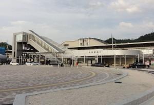 1280px-Maibara-station-west-entrance_20110731